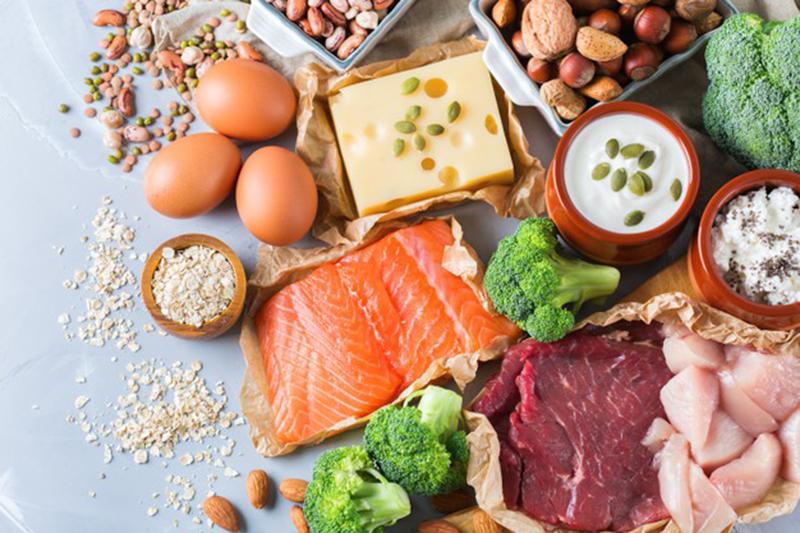 Être musclé : exercices et alimentation adaptée